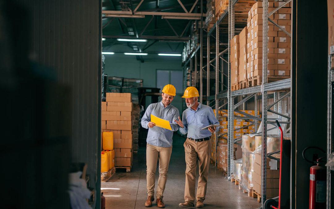 Deux personnes qui discutent dans un entrepôt